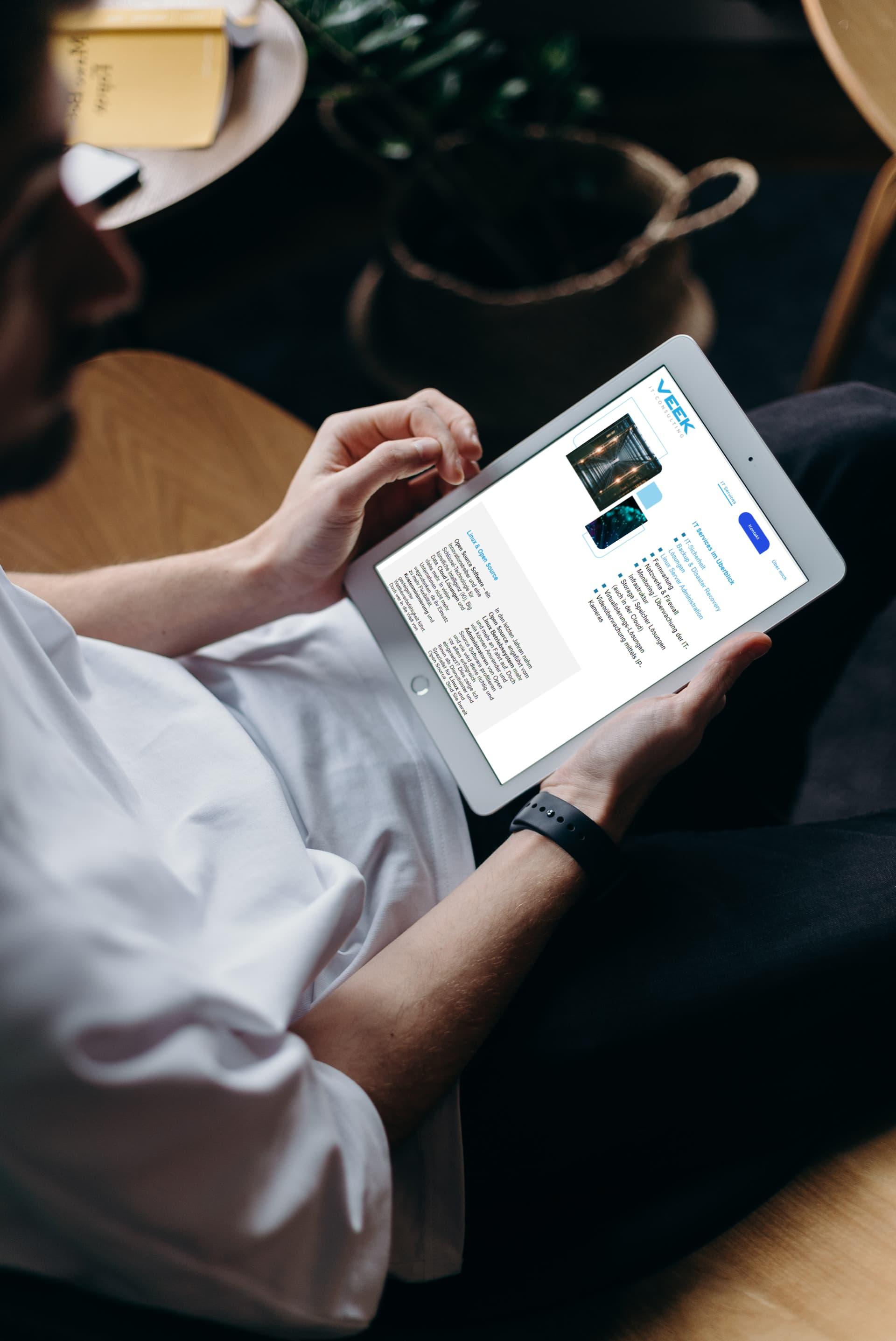 VEEK IT - CONSULTING-Website auf einem Tablet
